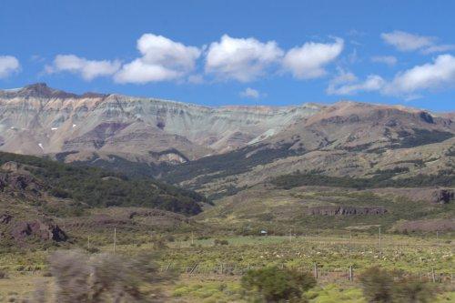 Montagnes escarpées et colorées